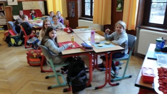 Gesundes Schulfrühstück in einer Klasse
