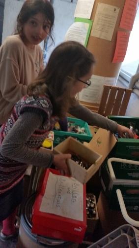 Sammelstation im Keller, beim Sortieren mitgebrachter Dinge
