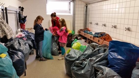 Beim Sortieren der gespendeten Sachen für das DRK