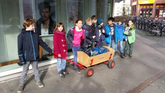 Die Schüler der Umwelt-AG mit den gesammelten Kronkorken auf dem Weg zu ALBA