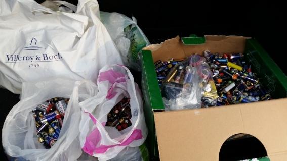 Bei ELPRO, im Kofferraum, Abgabe der gesammelten Batterien