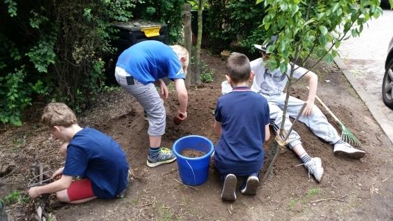 Schüler der Umwelt-AG bei der Gartenarbeit (2)