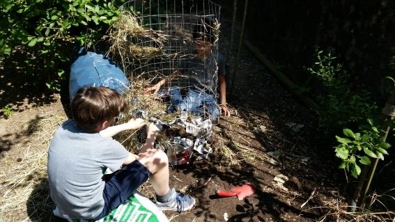 H2-2f-Schüler-der-Umwelt-AG-beim-Einrichten-des-Kartoffelturms