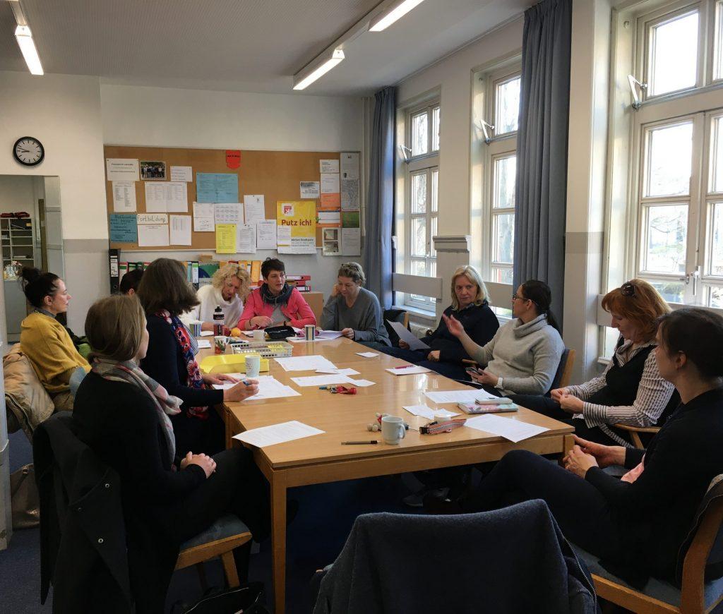 Zu einer Krisensitzung traf sich das Team der Grundschule Edith Stein am Montag, um zu beraten, wie es weitergehen wird. Da der Unterricht bis auf weiteres entfällt nutzen wir die Zeit für Überarbeitungen von Plänen und haben Teams zu den verschiedensten Vorhaben gebildet.